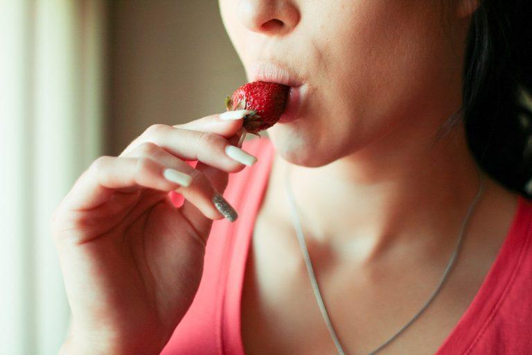 בחורה אוכלת תות בחושניות