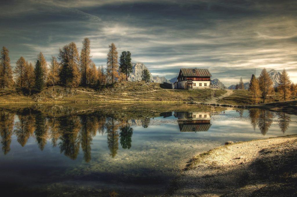 """בית על אגם בחו""""ל"""